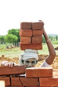 Жінка будівельник в Індії - Фото 2