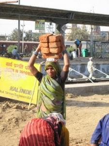 Жінка будівельник в Індії 4
