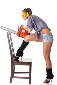 Дівчина будівельник з бензопилою