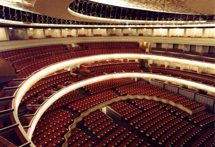 Трахает в театрев зале 12 фотография