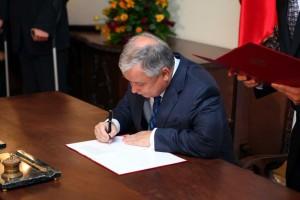 Підписання Закону про Карту поляка Лехом Качинським