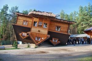 Перевернутий будинок в Польщі
