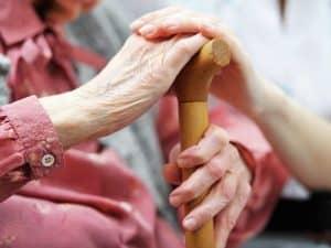 Переваги і недоліки роботи доглядальницею